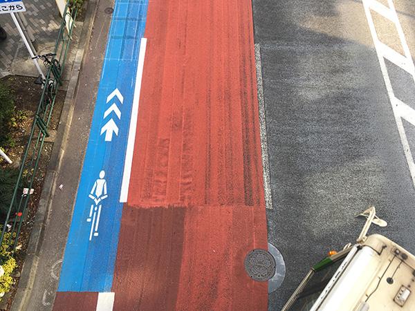 自転車専用レーンの上に車が停車している場合は何処を走れば良いのだろう?