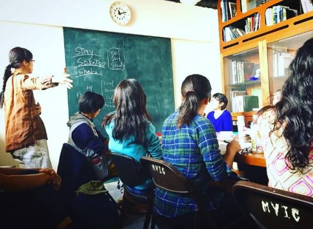 朝の光が差し込む場所で静かに行われるクラスの雰囲気が好きでした。