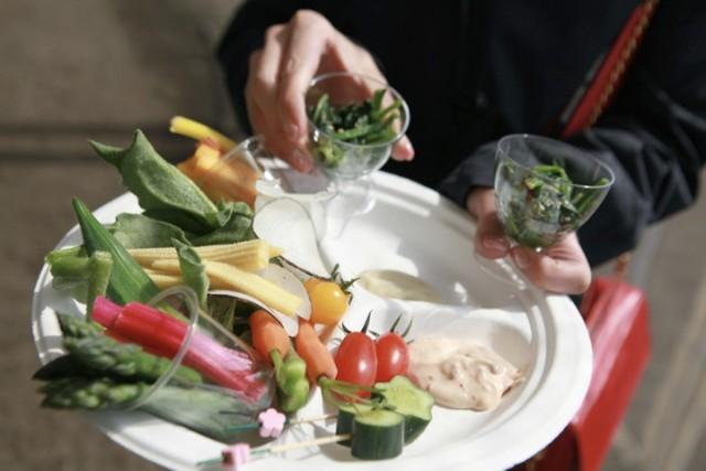 ウェディングパーティーの料理は地域にある食材を使ってふるまう