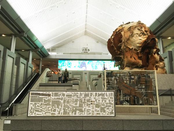 エントランスを入ってすぐの「彫刻の庭」と名付けられたエリア。ジャン・ホアンの作品が不気味です。