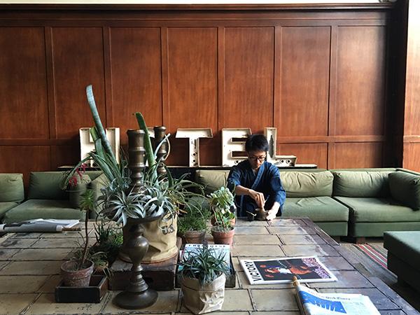 ポートランドのACE HOTELにて。ロビーで野点をする克也さん。「いま、ここ」に集中する