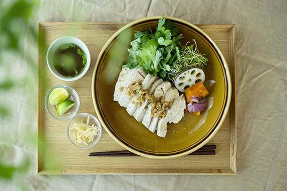 写真は自分1人用に盛り付けたカオマンガイ(海南鶏飯)。鶏肉が映えるお皿、立体感を生み出すパクチー、お皿と同系色にまとめたお盆とテーブルクロス。カフェの盛り付けを参考にしました。