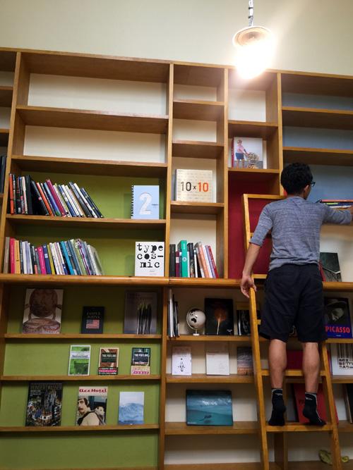 フリユニ本棚にたくさんの本が入りました