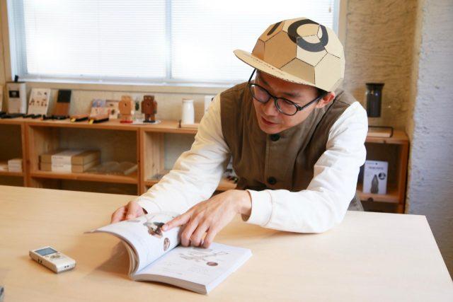 帽子は、武笠氏が考案した「ダンボールキャップ」。リスペクトとして着用している