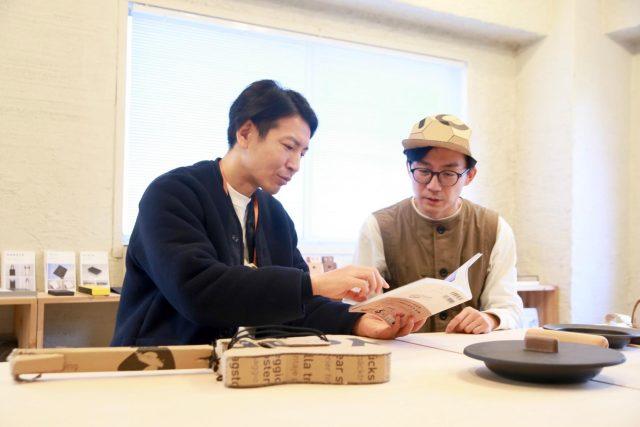 出版をお祝いしに教授の深井次郎さんも取材に同行。「この企画は本にすべきと願ってたので嬉しい!」